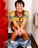 Persoana constipata la toaleta